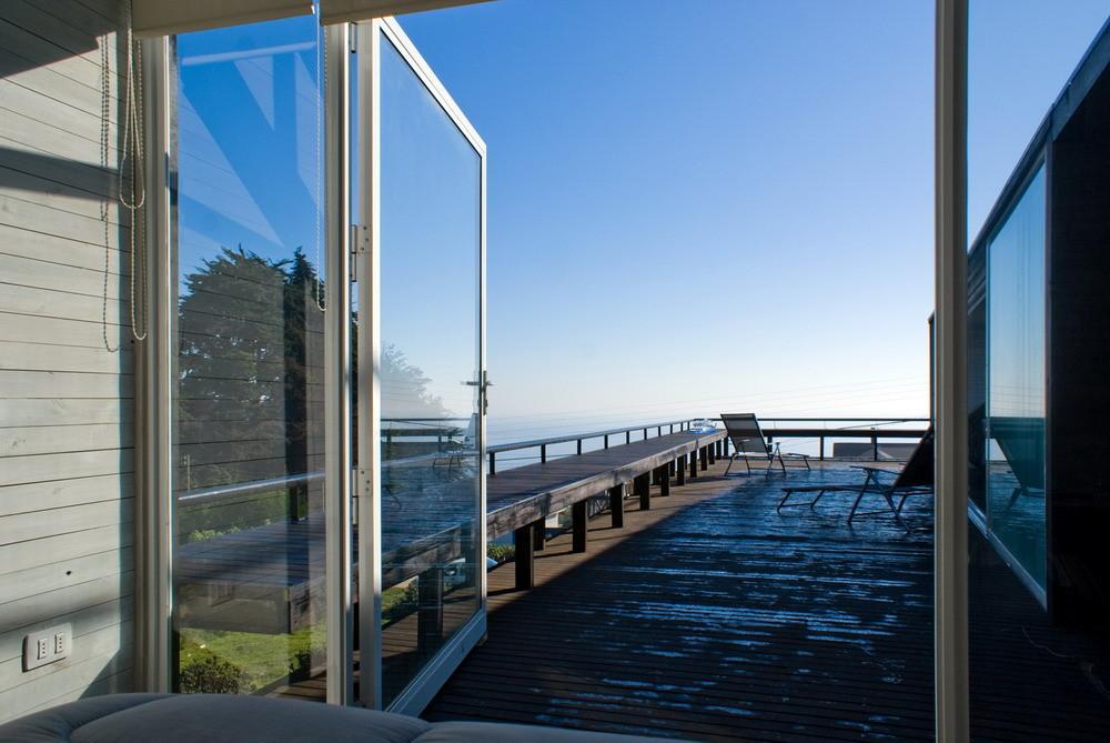 Широкие остекленные окна-двери из главной спальни открывают роскошный вид на океан