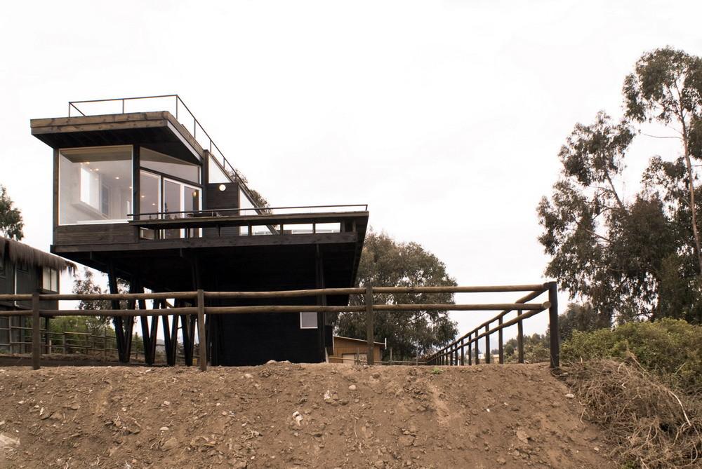 Терраса и помещение кухни-гостинной высоко подняты над землей