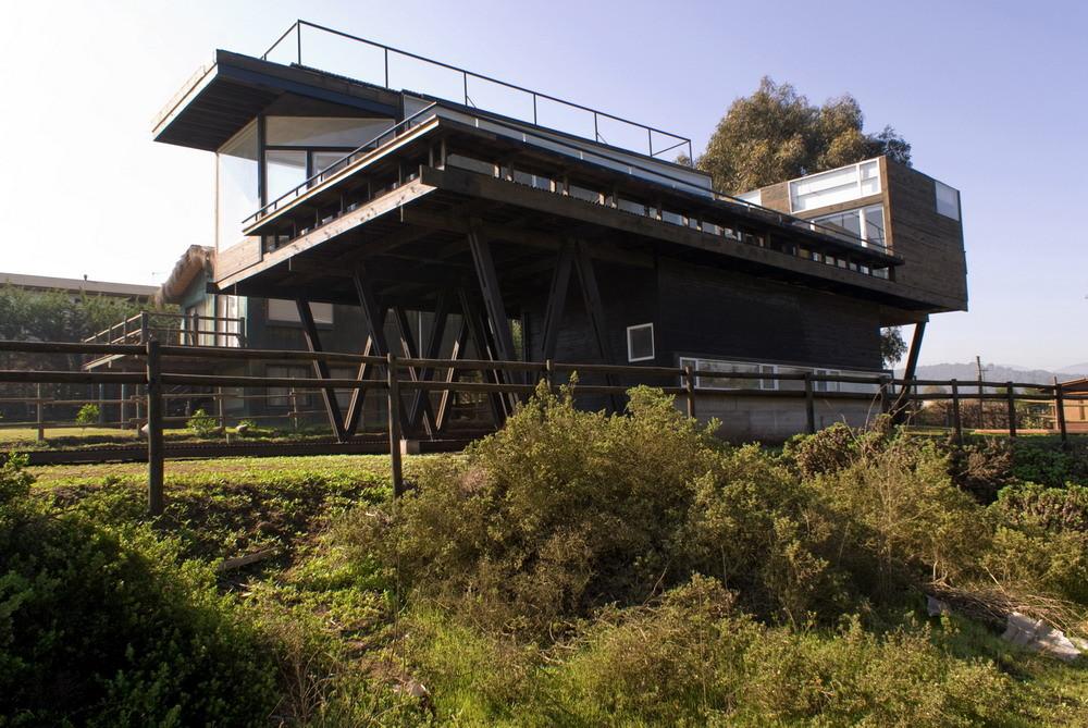 С южного фасада дома видно на сколько велика терраса