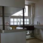Кухня в квартире-студии чем-то напоминает кухню на Вилле Савой.