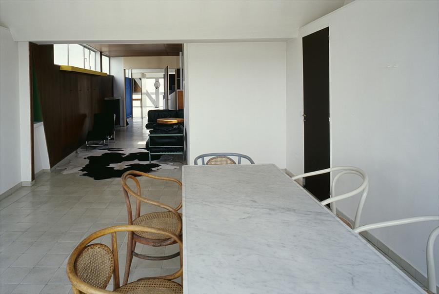 Большой стол в столовой, которая находится рядом с гостиной.