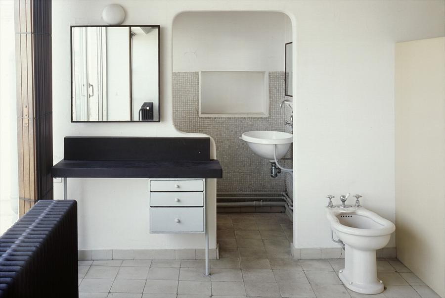 Дверной проем подогнан под размер туалетного столика.