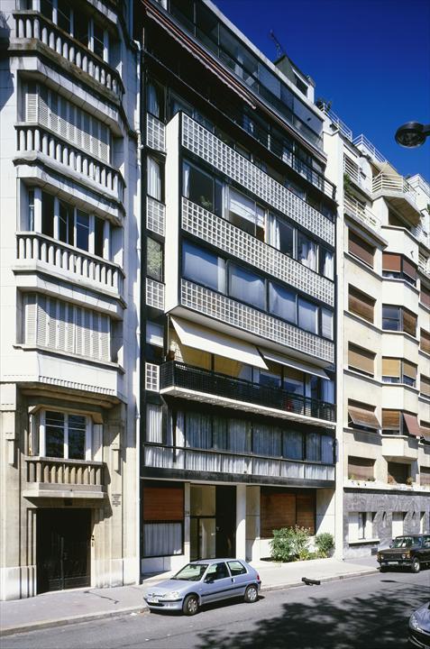 Фасад резко выделяется на фоне других домов.