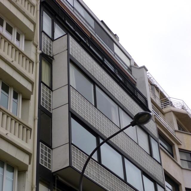 Фасад здания построенного Ле Корбюзье, Париж, Франция