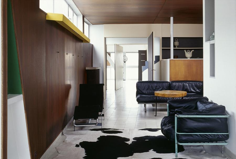 Гостиная со встроенной мебелью и окнами над ними.