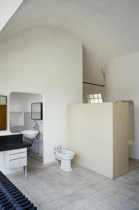 Интересно что во всех помещениях квартиры использовано одно и тоже напольное покрытие