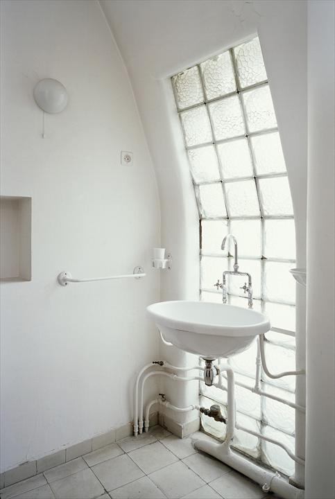 Интересное решение установить умывальник на стене из стеклоблоков.