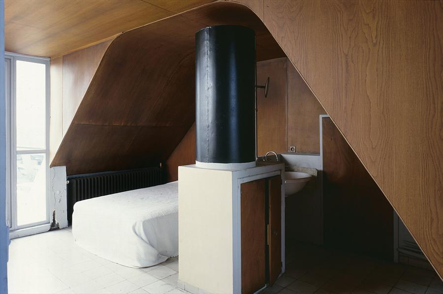 Как это бывает у конструктивистов, умывальник установлен прямо в спальне