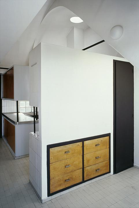 На кухне очень интересно выполнены встроенные шкафы.