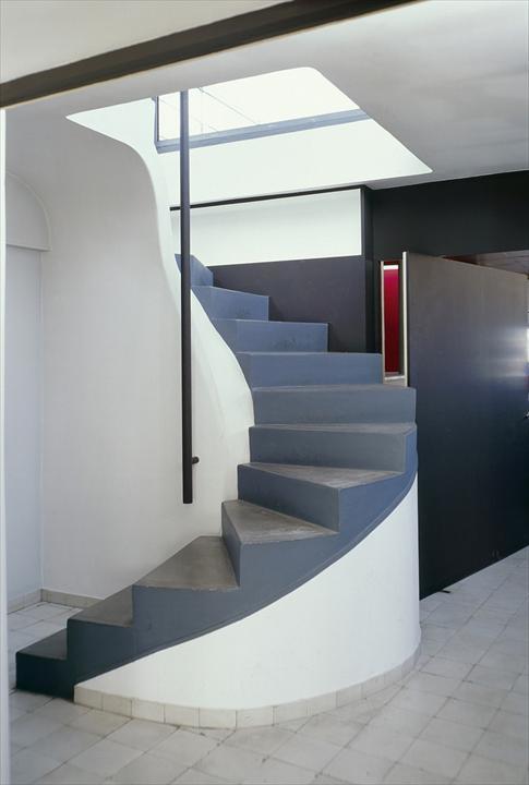 На лестнице ведущей на крышу присутствует только центральный поручень
