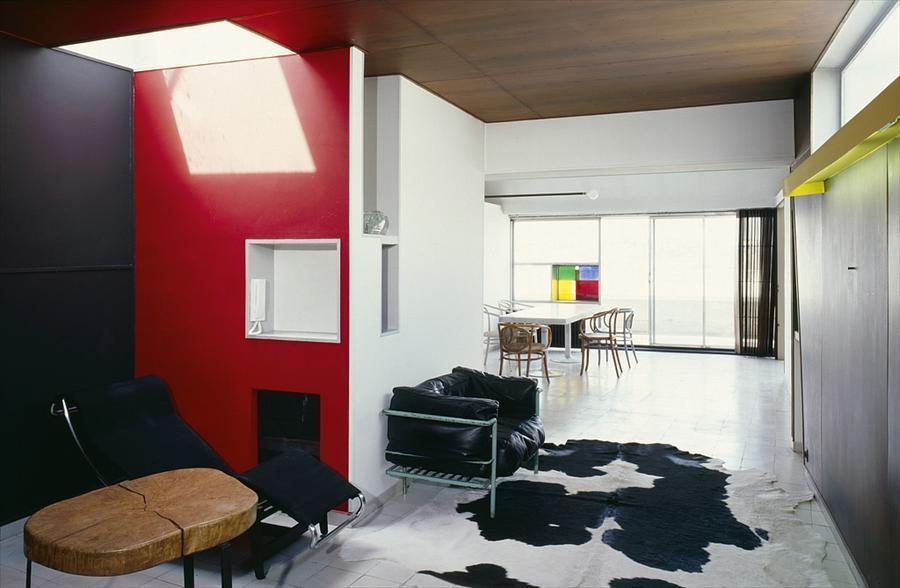 Не удивительно что в квартире Ле Карбюзье находится кресло его дизайна. Внимания заслуживает световое окно в крыше