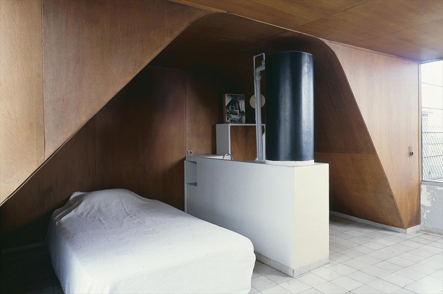 Небольшая спальня в квартире-студии Ле Корбюзье.