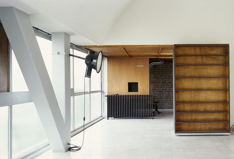 Освещение в жилой комнате организовано прожектором закрепленным на колонне.