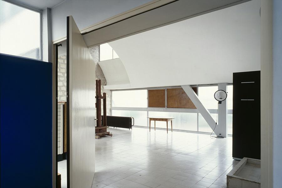 По всей квартире использованы большие широкие двери.