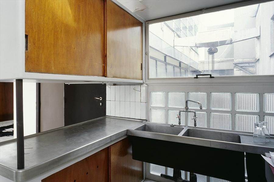 Подвесные шкафы характерны для конструктивизма. Большое окно в ванной у мойки облегчает работу.