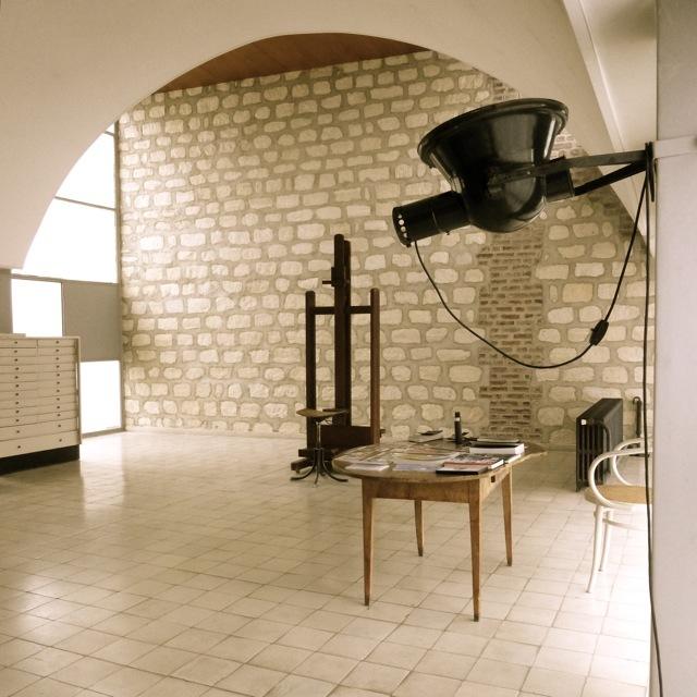 Просторная жилая комната - рабочая студия в квартире Ле Корбюзье.