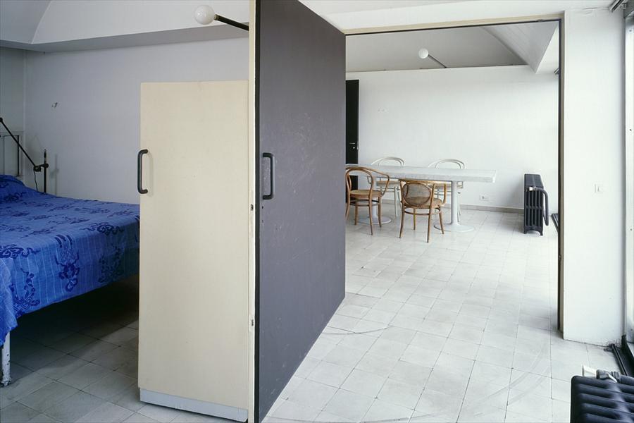 Спальня рядом со столовой. В спальню ведет широкая дверь.