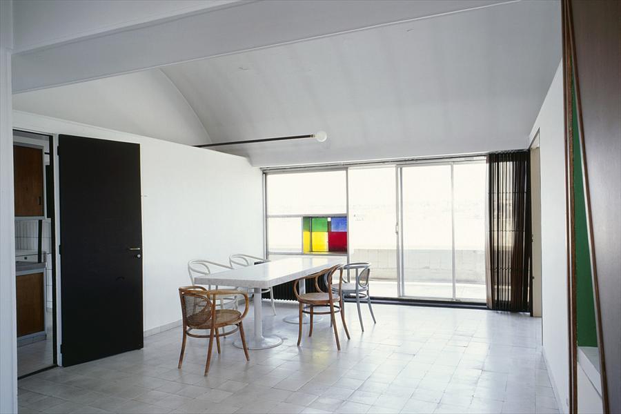 Столовая расположена рядом с кухней и имеет выход на балкон.
