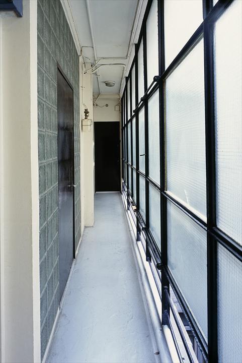 Узкий коридор у входа в квартиру.