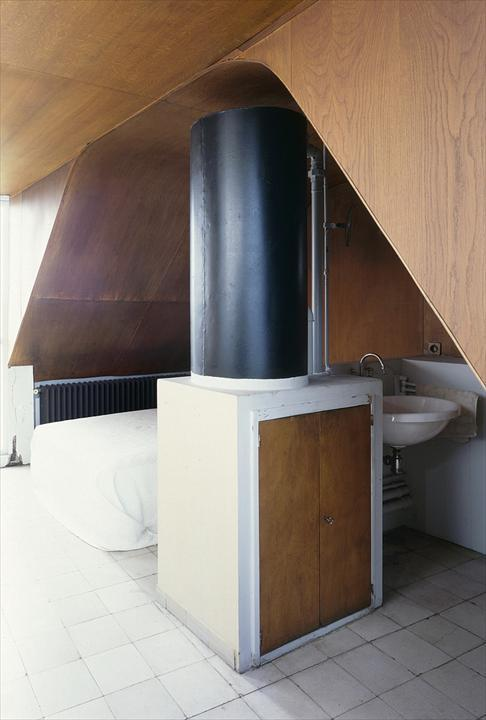 В спальне установлена большая батарея вдоль всей кровати.