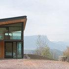 Дом расположен в живописном месте в горах.