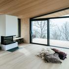 Камина в гостиной достаточно для обогрева дома в умеренном климате. (архитектура,дизайн,экстерьер,интерьер,дизайн интерьера,мебель,маленький дом,минимализм,гостиная,дизайн гостиной,интерьер гостиной,мебель для гостиной)