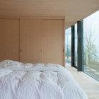 Спальня на нижнем уровне тоже имеет панорамное остекление.
