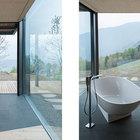 Ванна на на нижнем уровне не имеет двери. Остекленные стены открывают вид на долину и горы.
