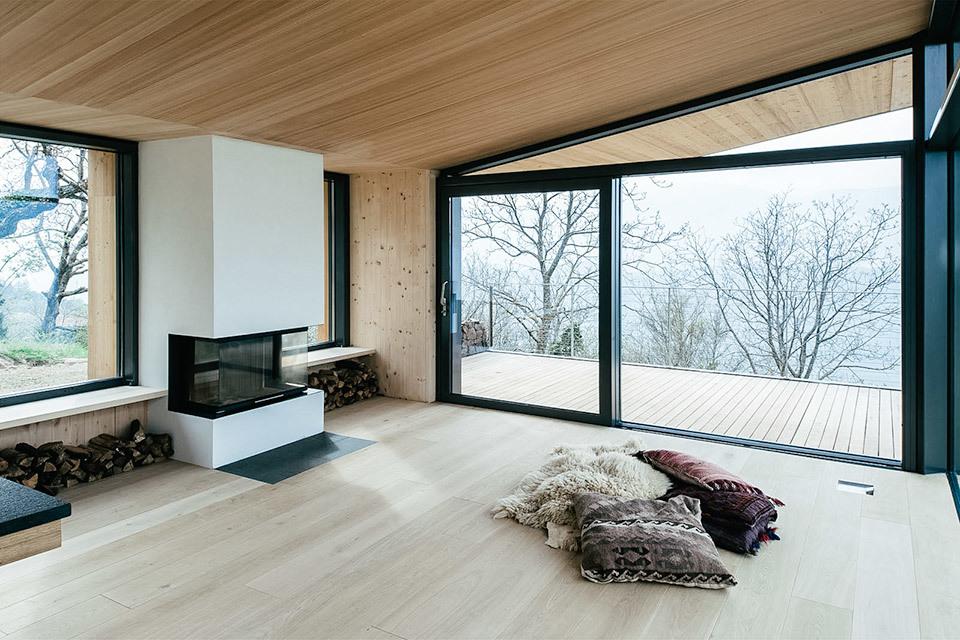 Камина в гостиной достаточно для обогрева дома в умеренном климате.