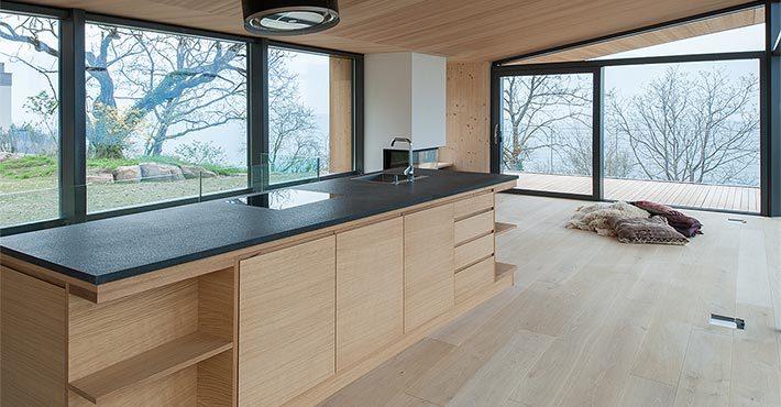Кухня состоит из одного кухонного острова, в которые встроено все необходимое.