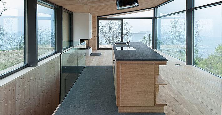 Лестница за кухней ведет на первый этаж в кабинет и спальню.