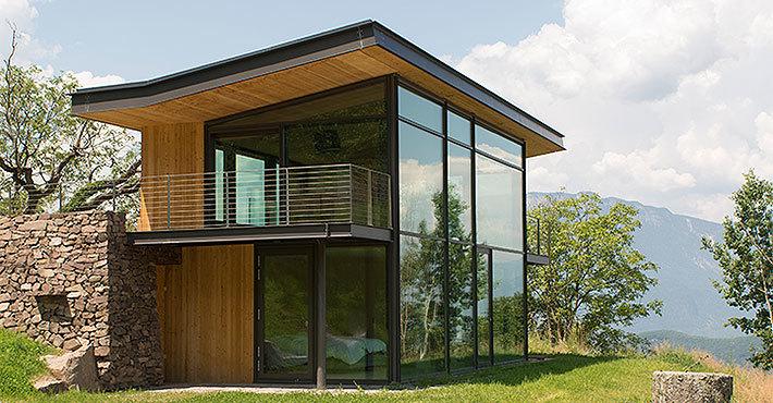 Полностью остекленный фасады вполне ожидаемы, когда дом окружен живописной природой.