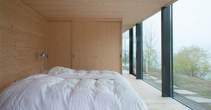 Спальня на нижнем уровне тоже имеет панорамное остекление
