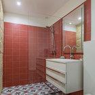 Довольно просторная ванная комната для такой маленькой квартиры. (квартиры,апартаменты,интерьер,дизайн интерьера,мебель,архитектура,дизайн,экстерьер,ванна,санузел,душ,туалет,дизайн ванной,интерьер ванной,сантехника,кафель)