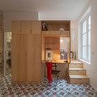 Поднятый пол в спальне дал возможность использовать пространство под спальней для хранения. Нашлось место и для небольшого домашнего офиса.