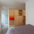 Спальня отделена от жилой комнаты. (квартиры,апартаменты,интерьер,дизайн интерьера,мебель,архитектура,дизайн,экстерьер,спальня,дизайн спальни,интерьер спальни)