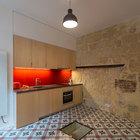 Стеклянные окошки в полу позволяют естественному свету проникать в подвал. (квартиры,апартаменты,интерьер,дизайн интерьера,мебель,архитектура,дизайн,экстерьер,кухня,дизайн кухни,интерьер кухни,кухонная мебель,мебель для кухни)