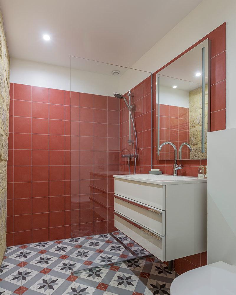 Довольно просторная ванная комната для такой маленькой квартиры.