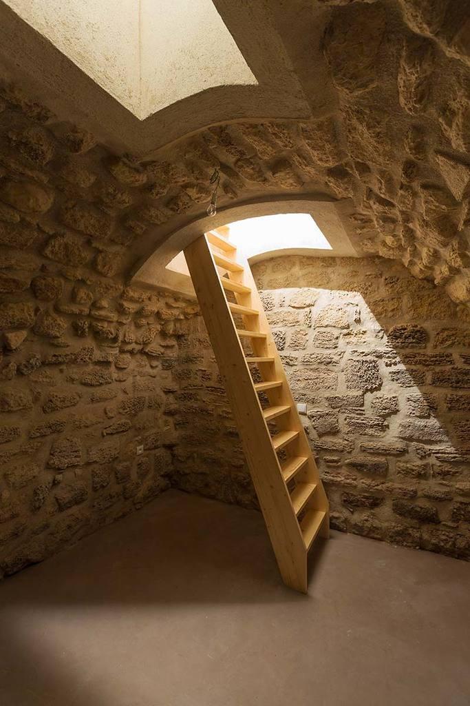 Подвал площадью 10 квадратных метров. Для освещения использованы стеклянные люки в полу первого этажа.