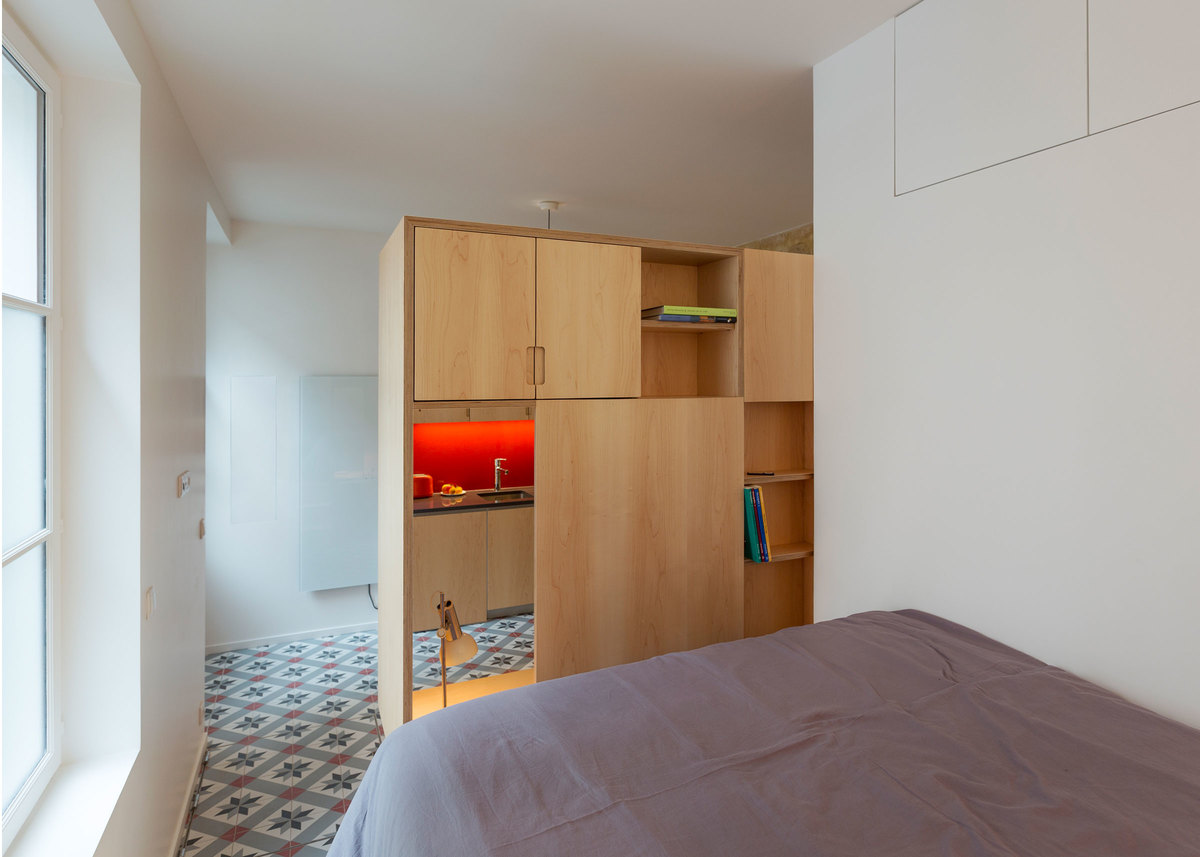 Спальня отделена от жилой комнаты.