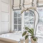 Элегантная ванная комната с тремя римскими шторами.