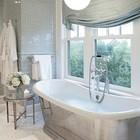 Отдельно стоящая ванна у окна с римской шторой. (ванна,санузел,душ,туалет,дизайн ванной,интерьер ванной,сантехника,кафель,интерьер,дизайн интерьера)