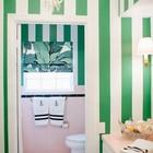 Принт из зеленых листьев на римской шторе отлично сочетается с зеленой полоской на обоях. (ванна,санузел,душ,туалет,дизайн ванной,интерьер ванной,сантехника,кафель,интерьер,дизайн интерьера)