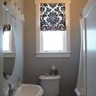 Римская штора на узком окне в маленькой ванной.