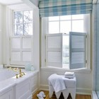 Римская штора с жалюзийными ставнями. (ванна,санузел,душ,туалет,дизайн ванной,интерьер ванной,сантехника,кафель,интерьер,дизайн интерьера)
