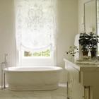 Римская штора в ванной комнате в стиле шебби шик.