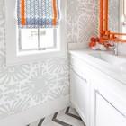 Серая с оранжевым римская штора хорошо сочетается с серыми обоями.