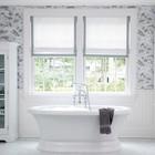 Традиционная белая ванная комната с белыми римскими шторами с серой окантовкой.