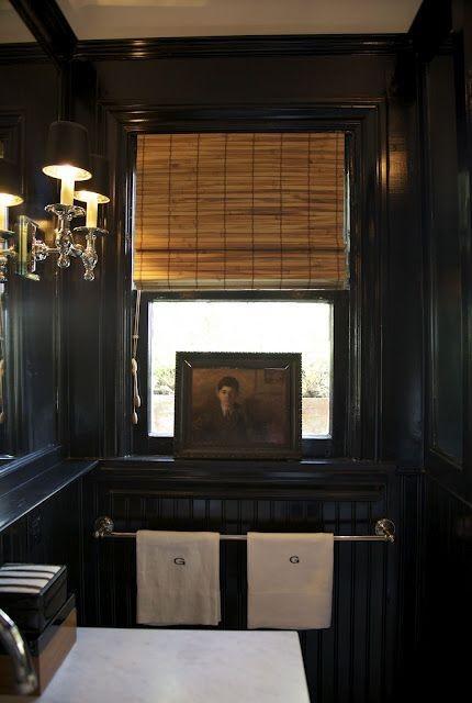 Черная ванная комната с бамбуковой римской шторой.