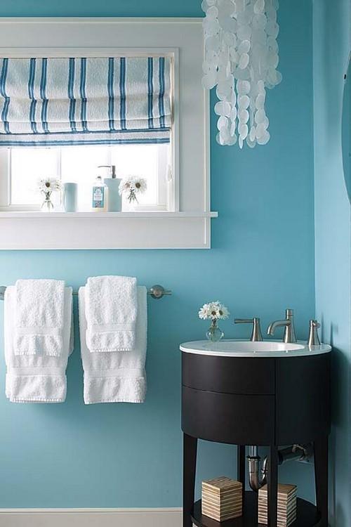 Голубой интерьер ванной комнаты с клетчатой римской шторой.